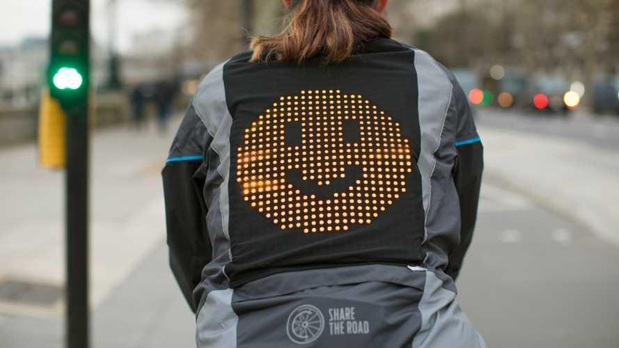 Ciclisti più sicuri su strada grazie alla giacca con le emoji