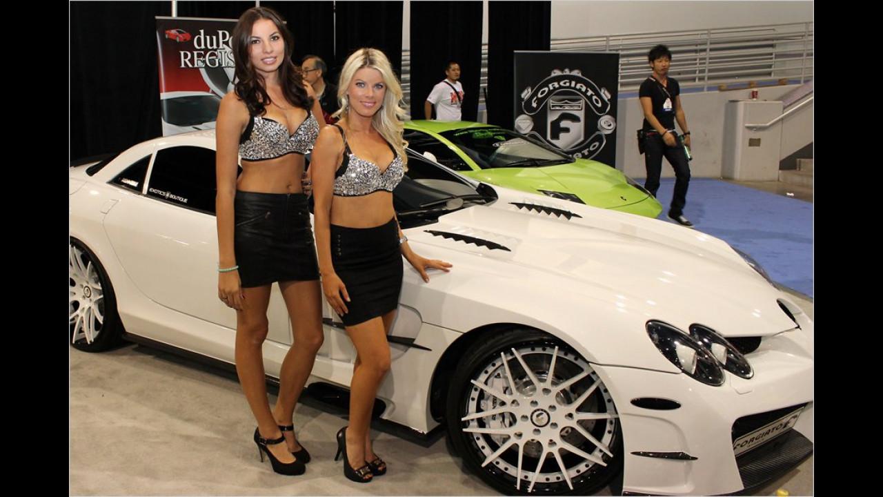 Viel Bling-Bling: Mit funkelnden Tops versuchen uns diese beiden Mädels auf einen umgebauten Mercedes SLR aufmerksam zu machen