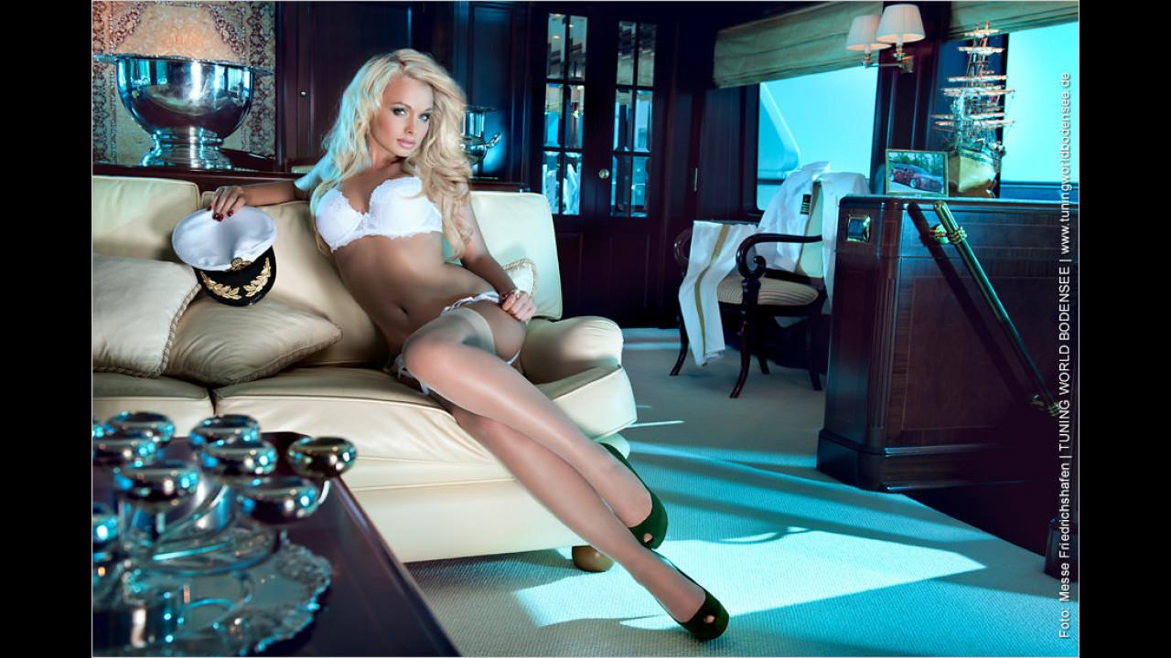 Miss Tuning Kalender 2012: Im September weden die Abende wieder kühler, also nix wie rein und aufs Sofa