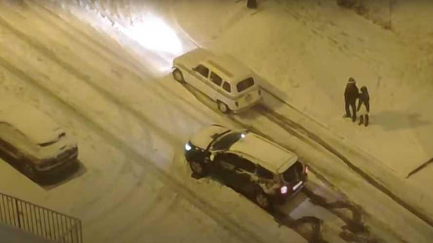 Quand une Renault 4L humilie un Duster sous la neige !
