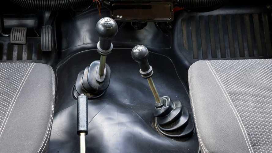 Названы самые популярные в России новые автомобили с механикой