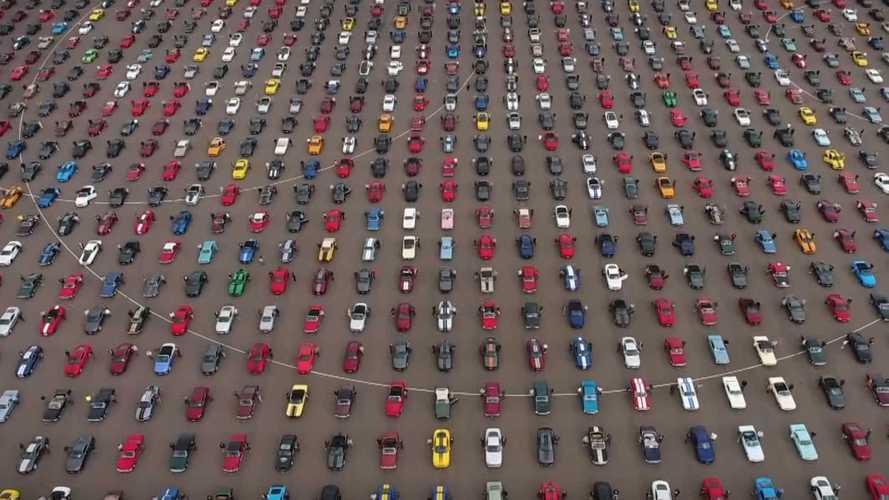 Посмотрите на сотни и сотни Ford Mustang на одной парковке!