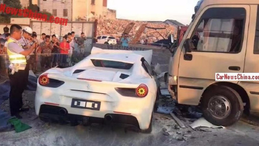 Une Ferrari 488 Spider termine dans le mur