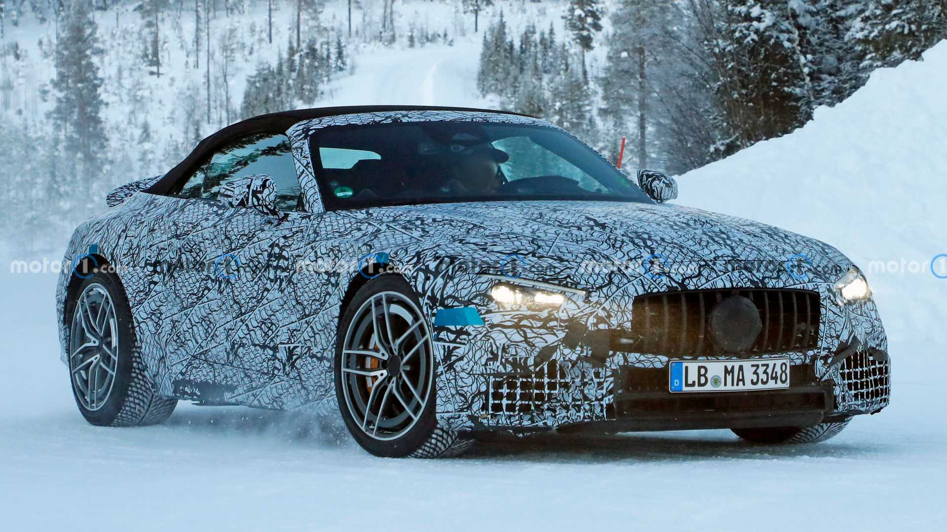 Флот Mercedes SL 2022 года замечен в снежном дне в Швеции
