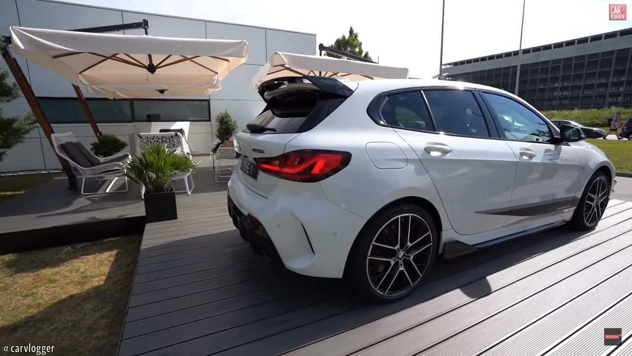 vid o la bmw m135i s 39 exhibe avec tous ses accessoires m. Black Bedroom Furniture Sets. Home Design Ideas