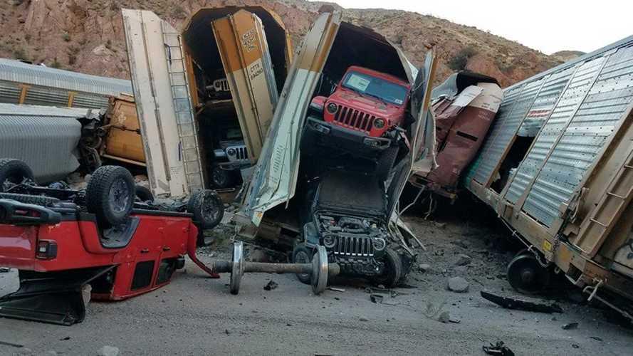 Több száz autó, köztük Jeep Gladiatorok sérültek meg egy vonatbalesetben