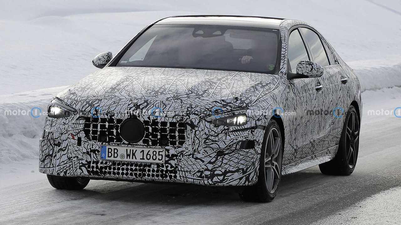 Yeni Mercedes-AMG C modeline ait kamuflajlı prototipin fotoğrafı.