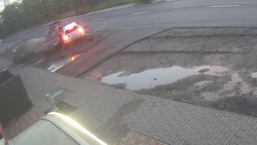 Videó: Méregdrága Mercedest törtek össze Kistarcsán
