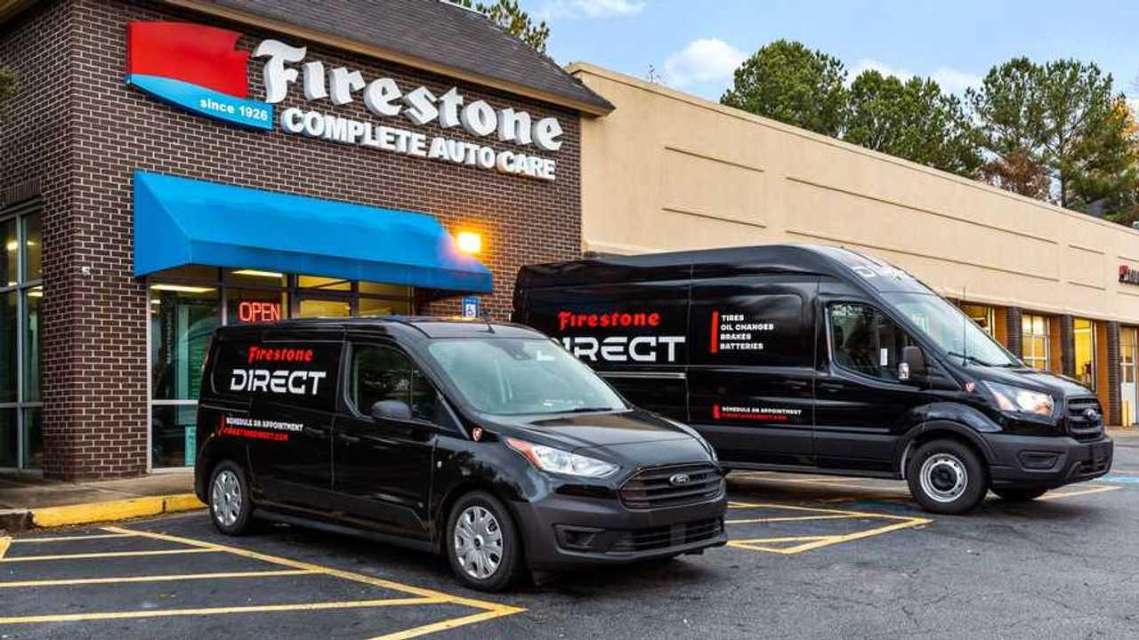 Mobil servis Firestone Direct yang siap bertugas.
