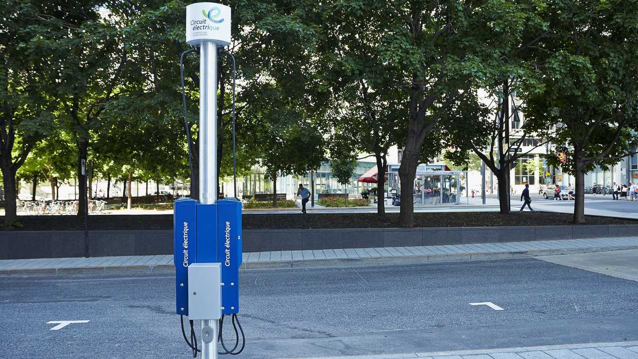 A curbside charging station of The Electric Circuit for recharging electric vehicles in urban centers. (CNW Group/Hydro-Québec)