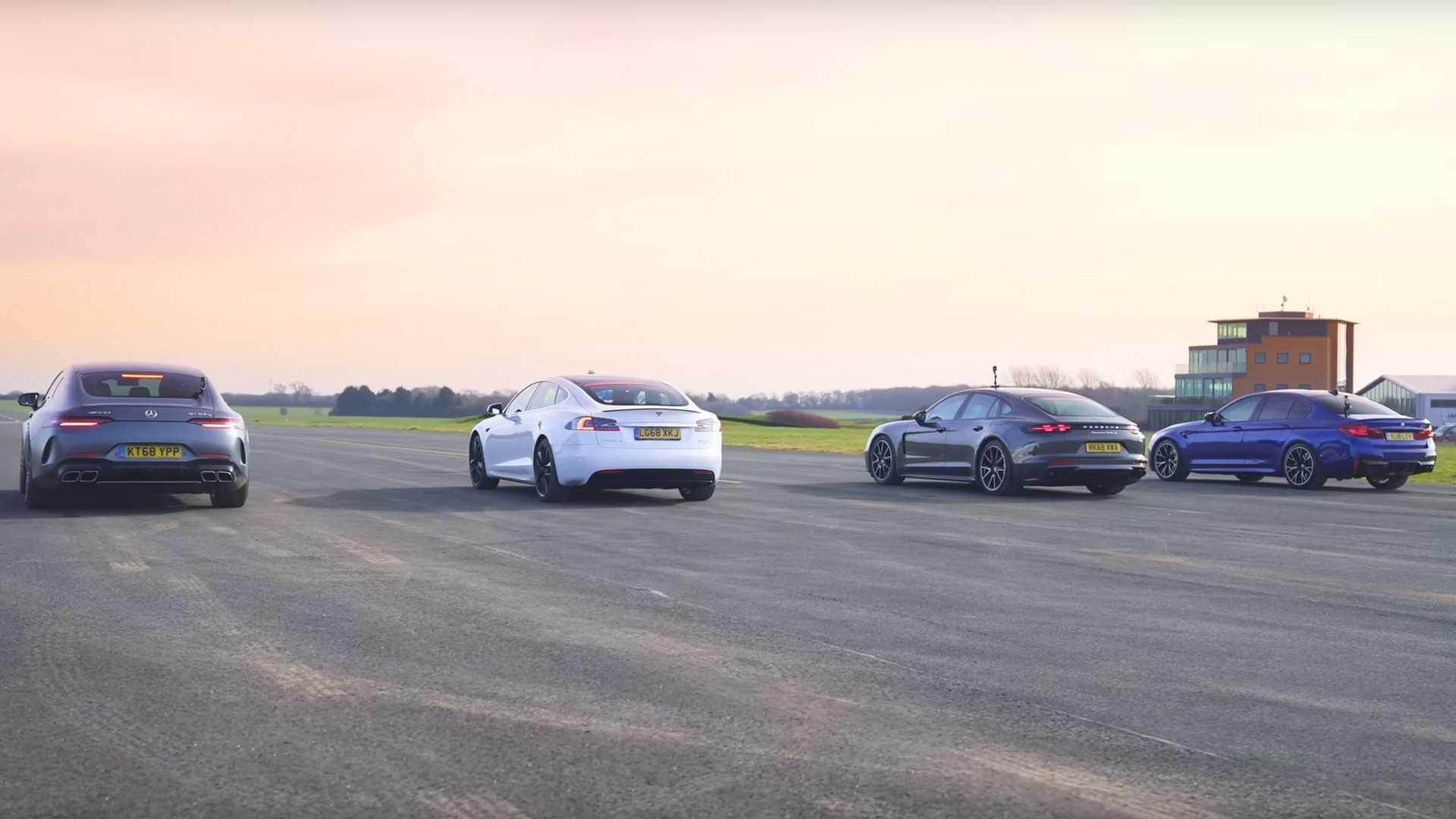 Une Tesla Model S affronte une Mercedes-AMG GT 4 Portes