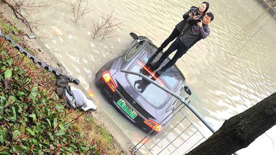 En Chine, une Tesla Model S plonge dans l'eau