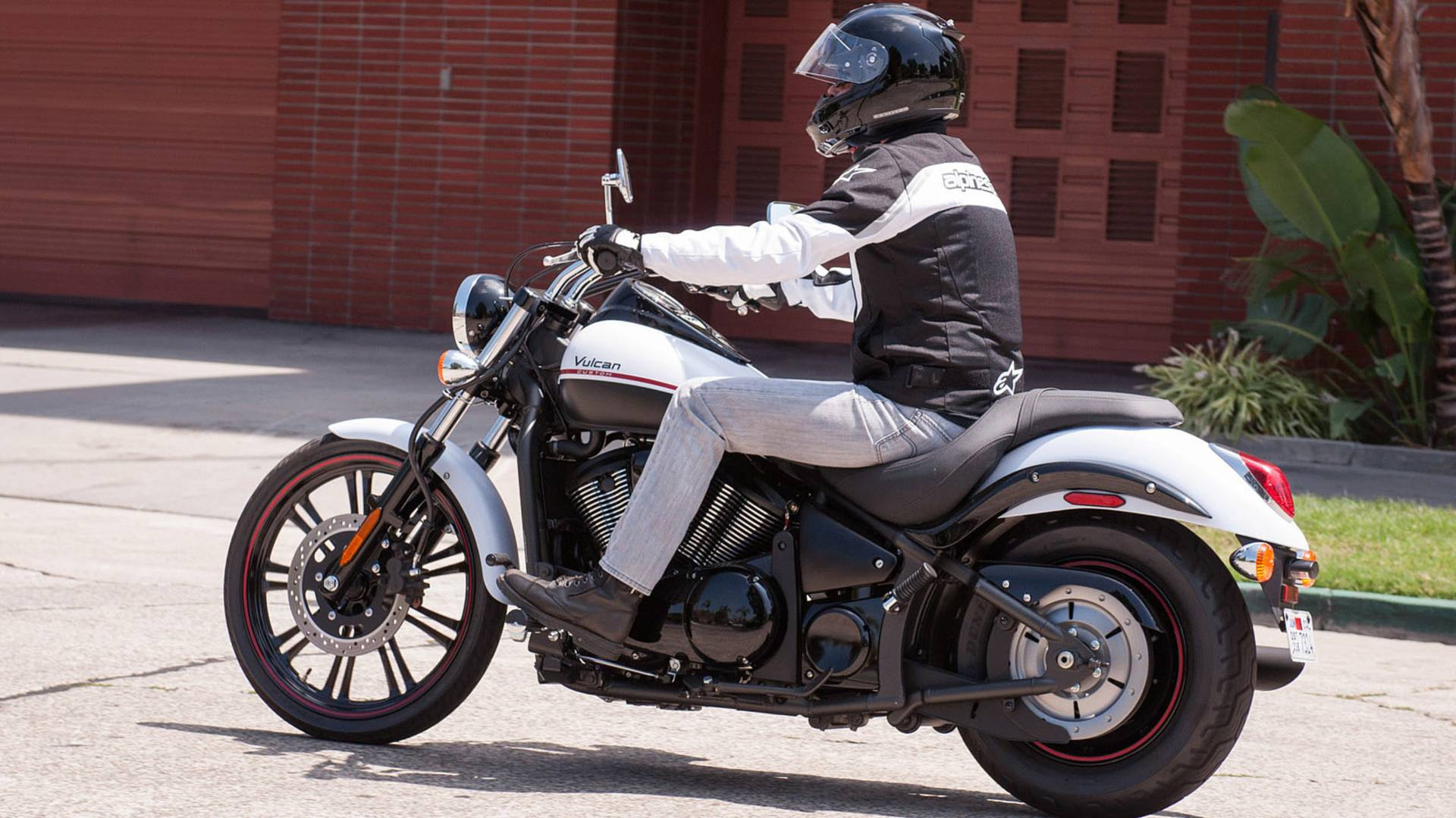 RideApart Review: 2013 Kawasaki Vulcan 900 Custom