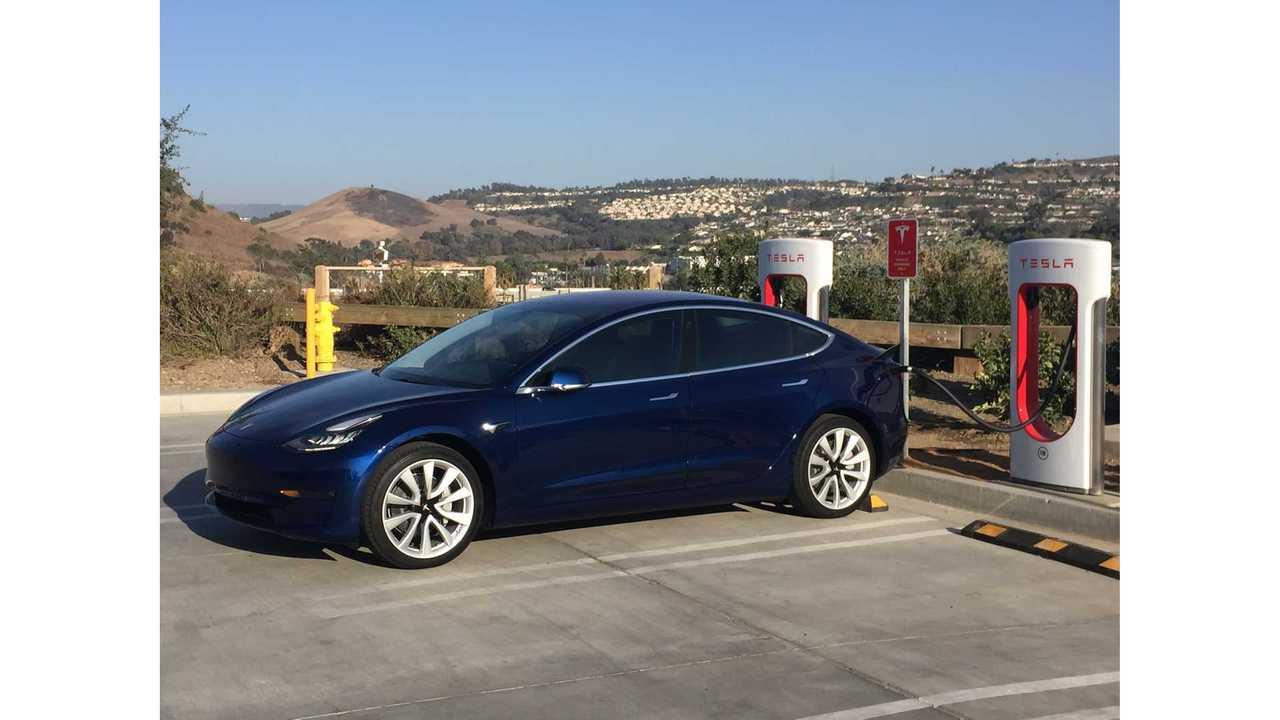 Модель Tesla 3 на зарядном устройстве в Сан-Клементе, Калифорния