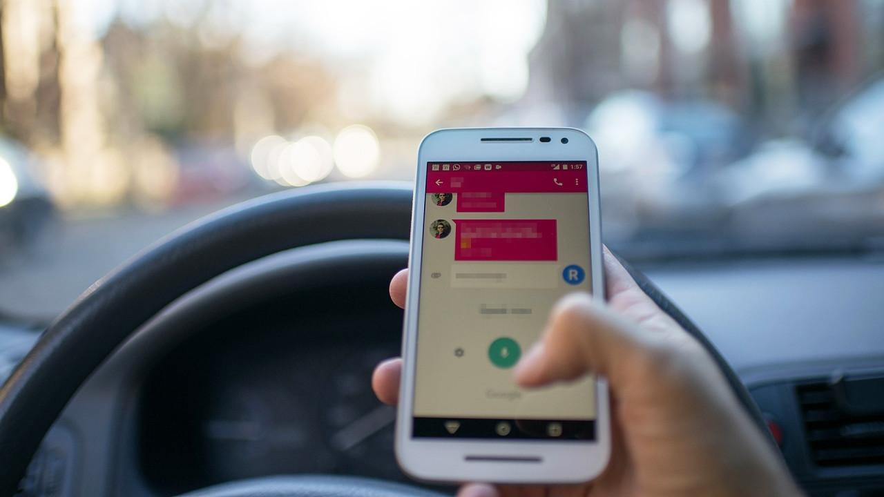 [Copertina] - Smartphone alla guida, maxi sospensione patente con la Legge di Bilancio 2018