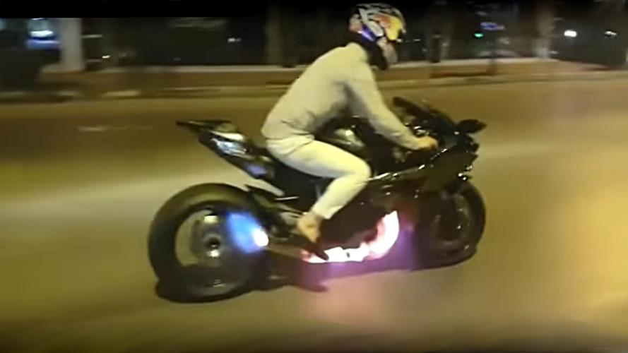 Kawasaki H2R ateş püskürtüyor
