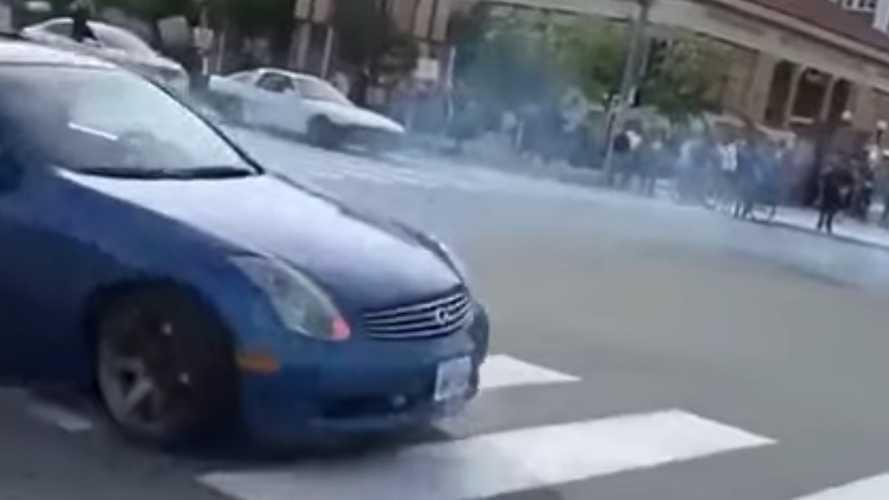 Videó: Nem ártott volna leckéket vennie ennek a sofőrnek, mielőtt farolgatni kezd Infinitijével.