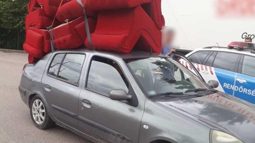 Alig akarjuk elhinni, mennyi fotelt sikerült a Renault Thalia tetejére pakolni