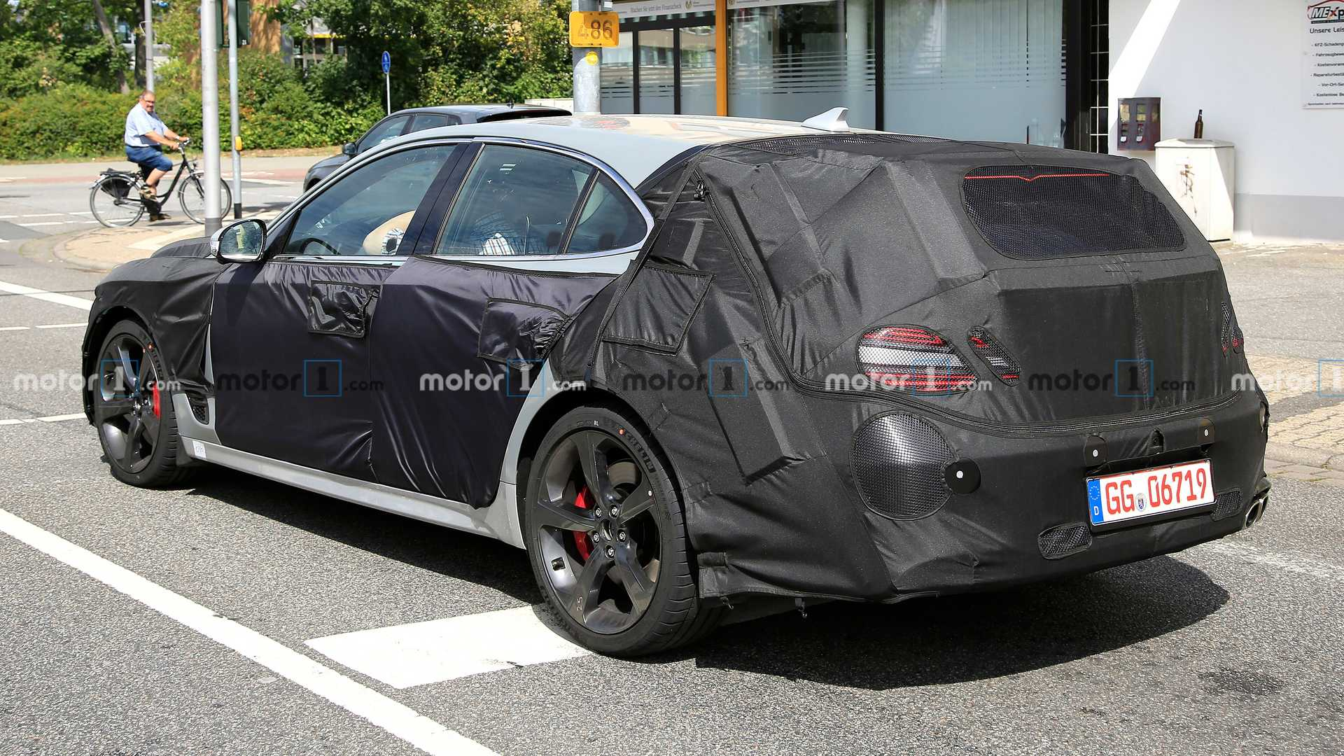 2021 - [Genesis] G70 Shooting Brake Genesis-g70-shooting-brake-wagon-spied-rear-angle-view