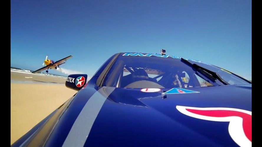 Vídeo: Red Bull Racing se diverte colocando supercarro contra avião na praia