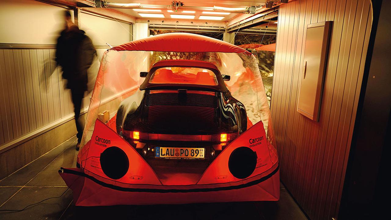 Il construit un garage vitr pour pouvoir admirer sa for Garage teinte vitre voiture