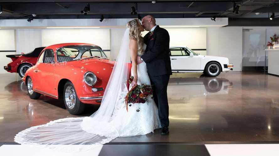 Un mariage célébré dans une concession Porsche