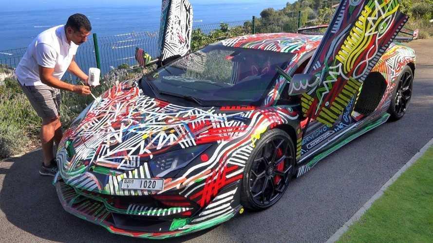 VIDEO - Il peint sa Lamborghini Aventador SVJ à la main