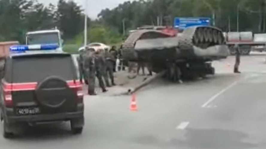 Военные уронили танк на трассу в Южно-Сахалинске