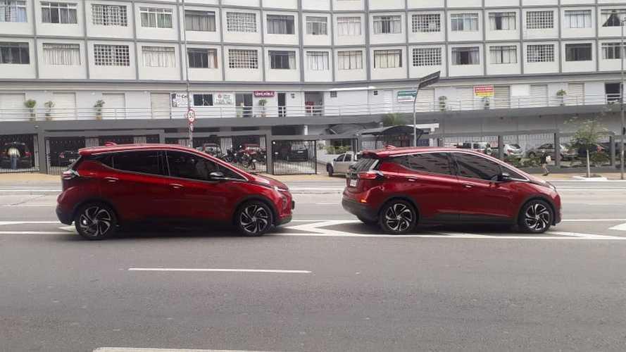 Novo Chevrolet Bolt 2022 é flagrado 'limpo' em São Paulo