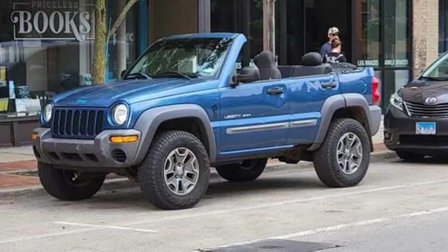Igen, jól látjátok, ez egy kabrióvá alakított Jeep Liberty