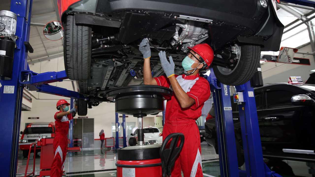 Layanan servis di bengkel resmi Mitsubishi.