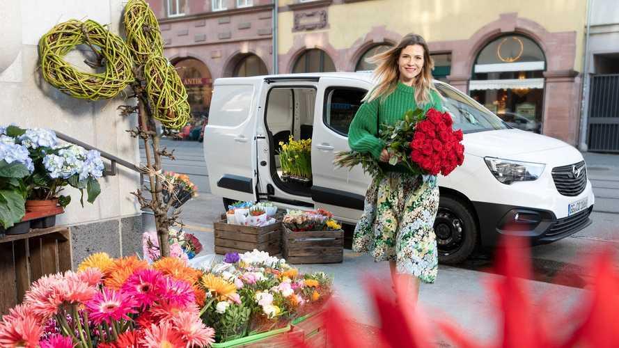 Opel Combo carico di rose per San Valentino
