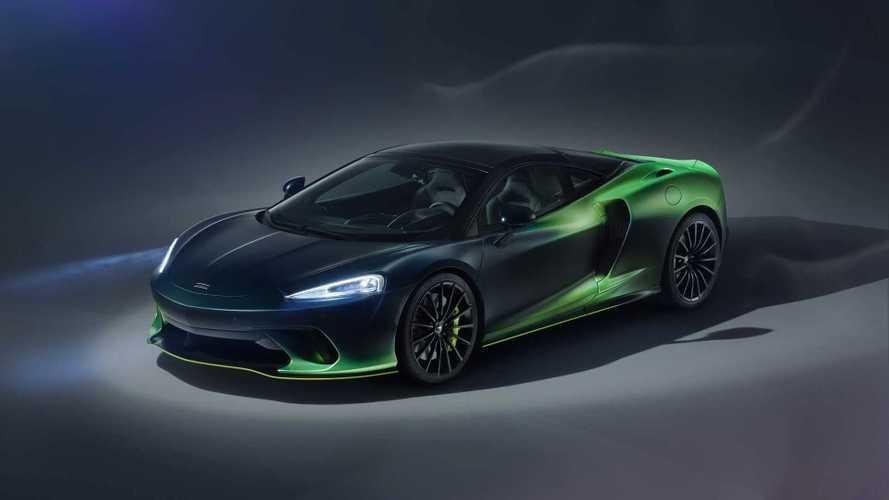 McLaren GT Verdant Theme by MSO - L'aurore boréale sur route
