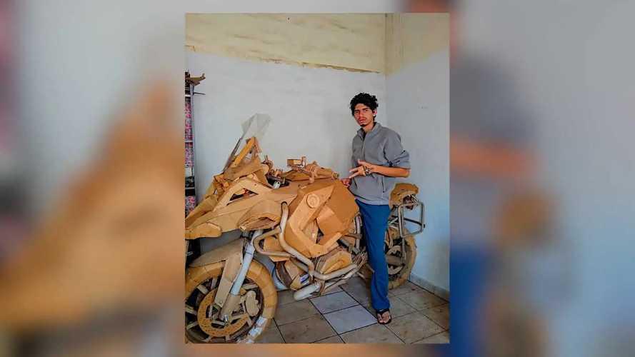 Este joven ha fabricado una BMW R 1200 GS con cartón y PVC