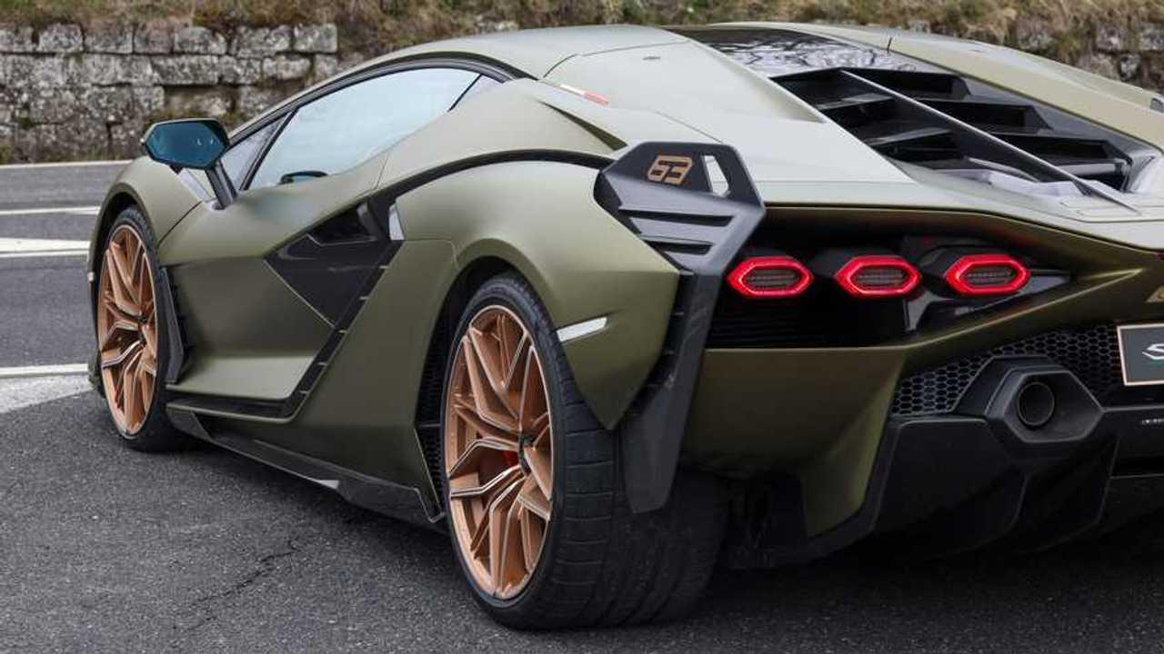 Этим летом Lamborghini покажет супергибрид с V12