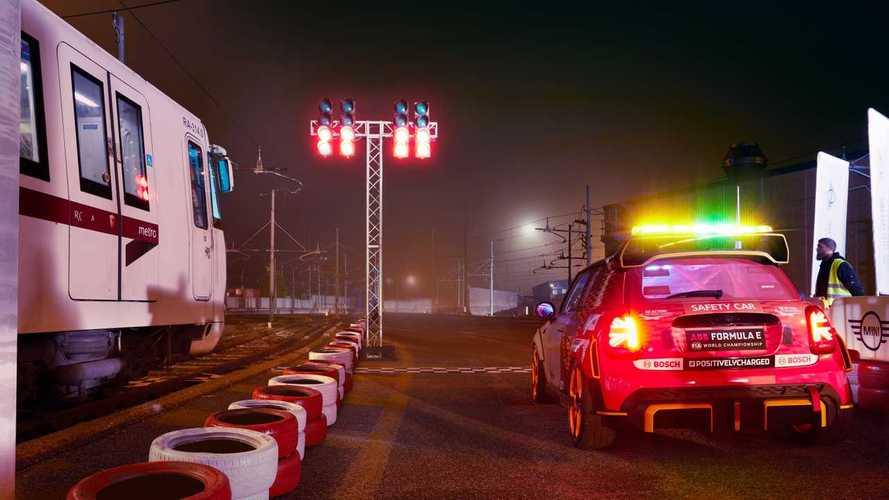VIDÉO - La voiture de sécurité de Formule E affronte un métro!
