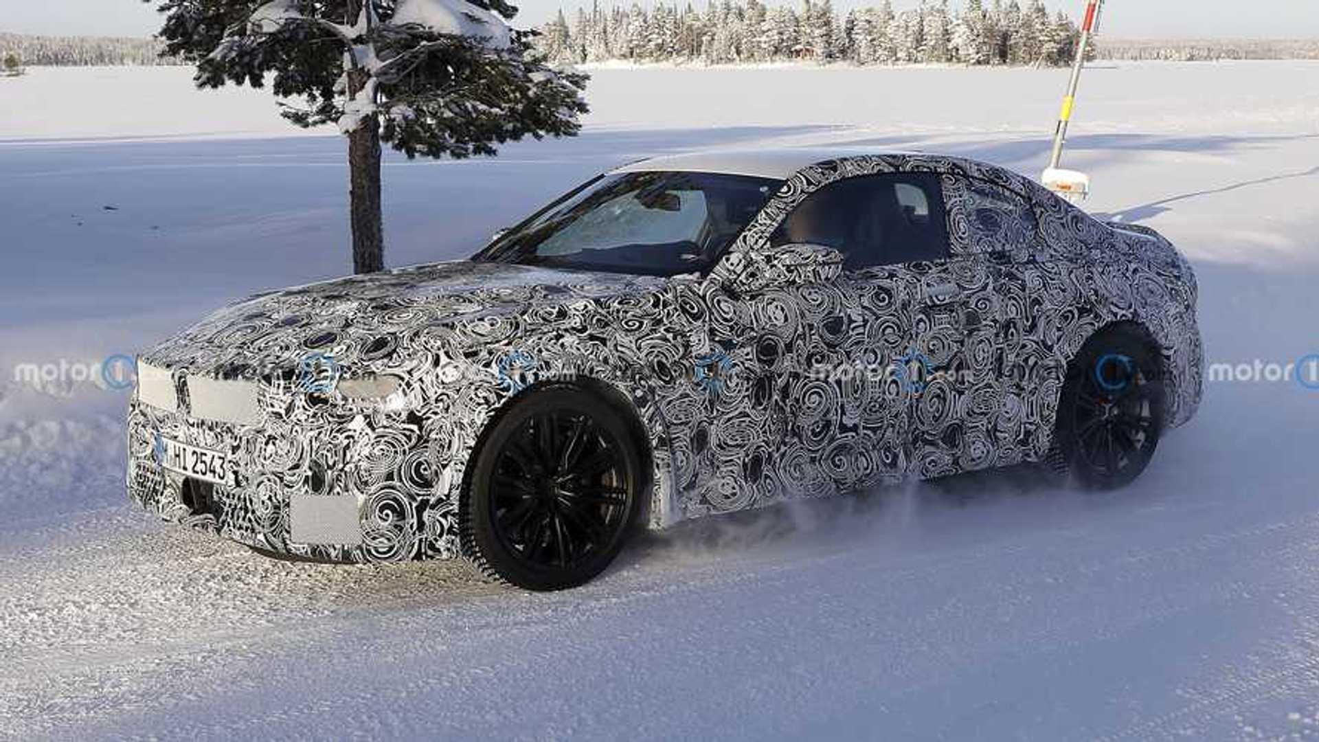 BMW M2 2023 года крупным планом с серийным кузовом и четырьмя выхлопными газами