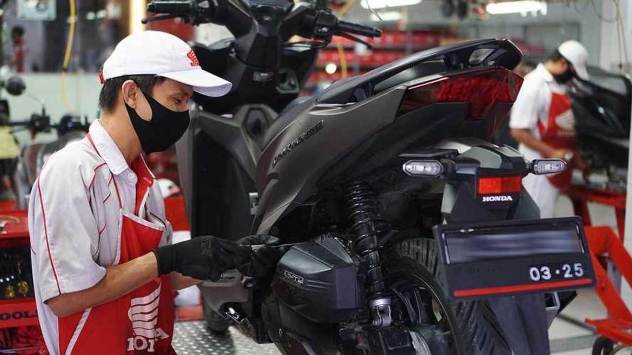 Perawatan berkala sepeda motor mutlak diperlukan.