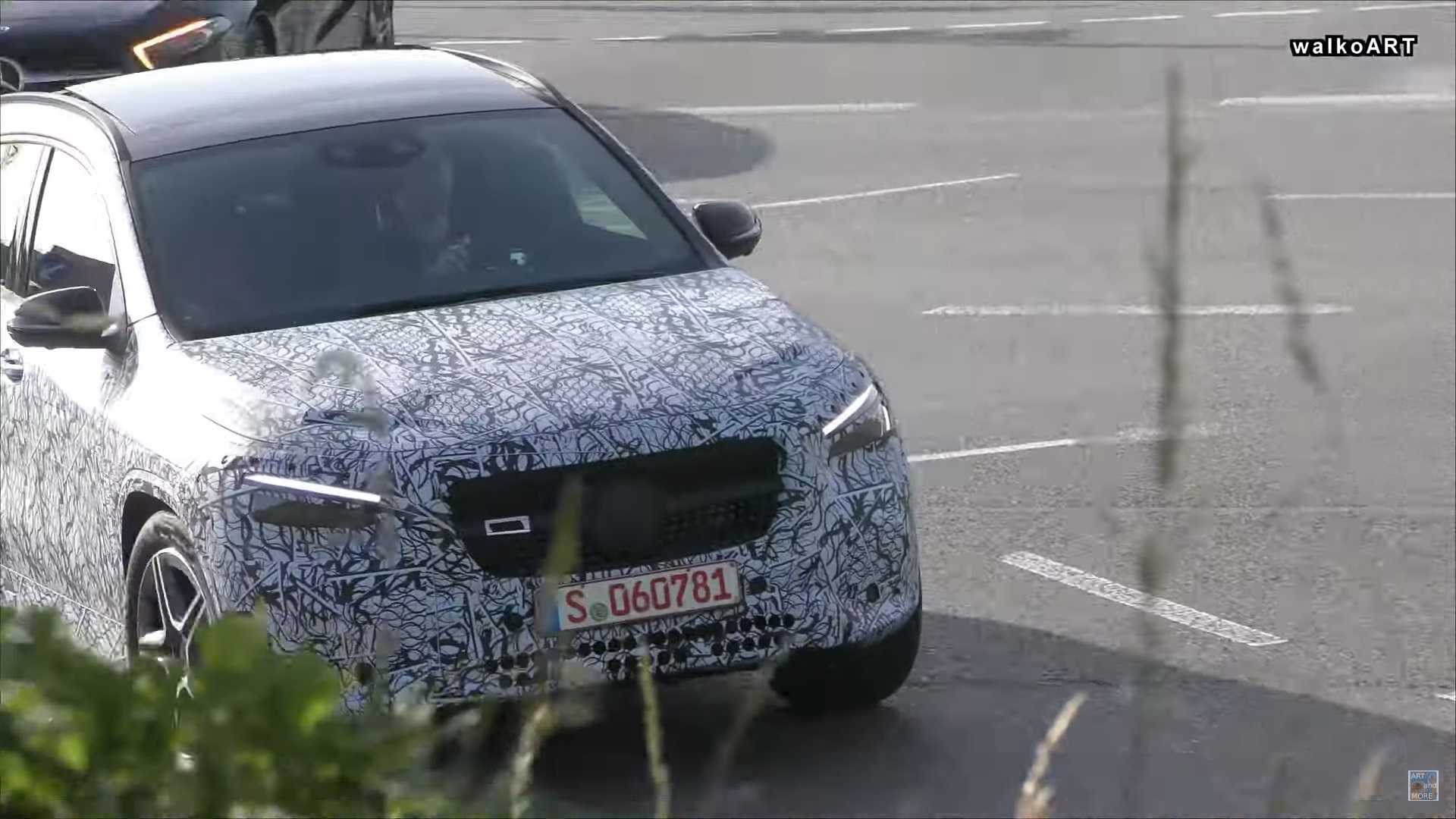Flagra: Mercedes-Benz GLA 2020 ficará mais SUV e menos hatchback Next-generation-mercedes-gla-screenshot-from-spy-video