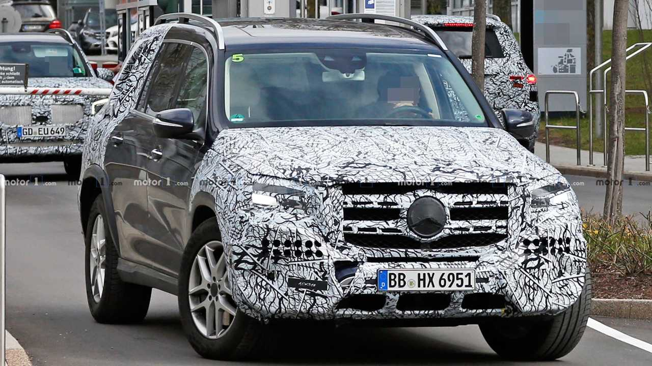 mercedes gls spied just ahead of new york auto show debut. Black Bedroom Furniture Sets. Home Design Ideas