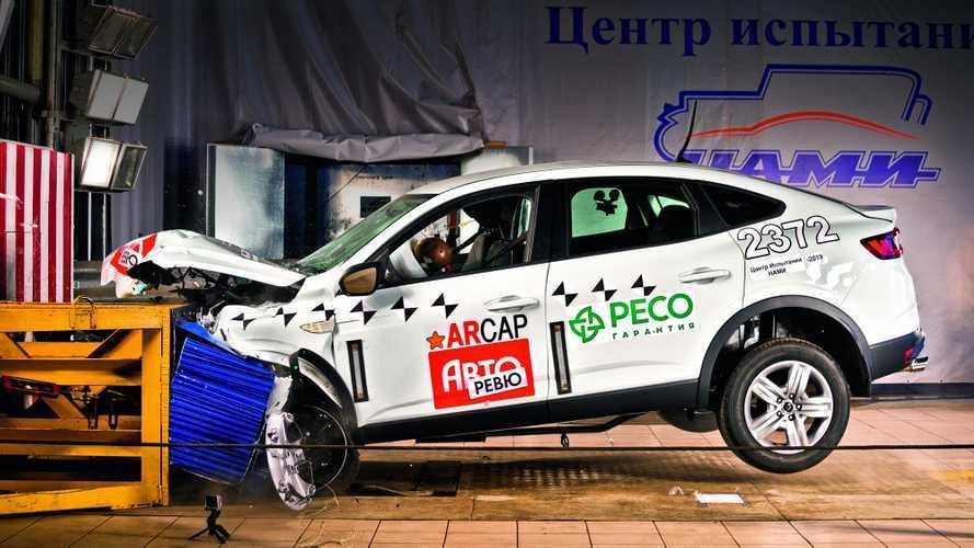 Посмотрите, как кроссовер Renault Arkana разбили о стену