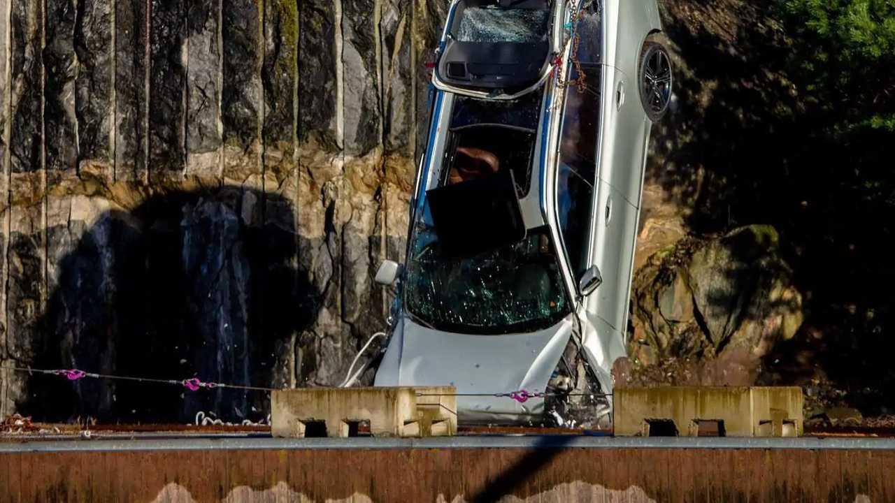 Volvo сбросила 10 машин с 30-метровой высоты