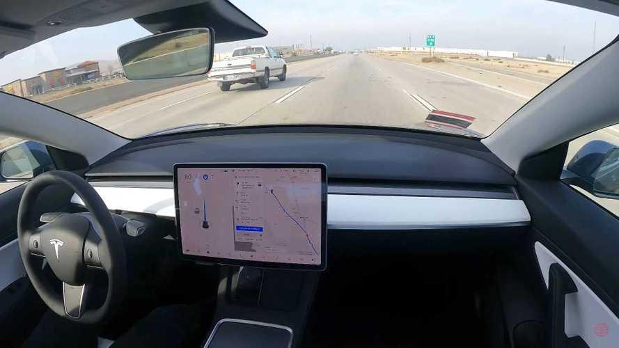 VIDÉO - 576 km sans toucher le volant de sa Tesla !