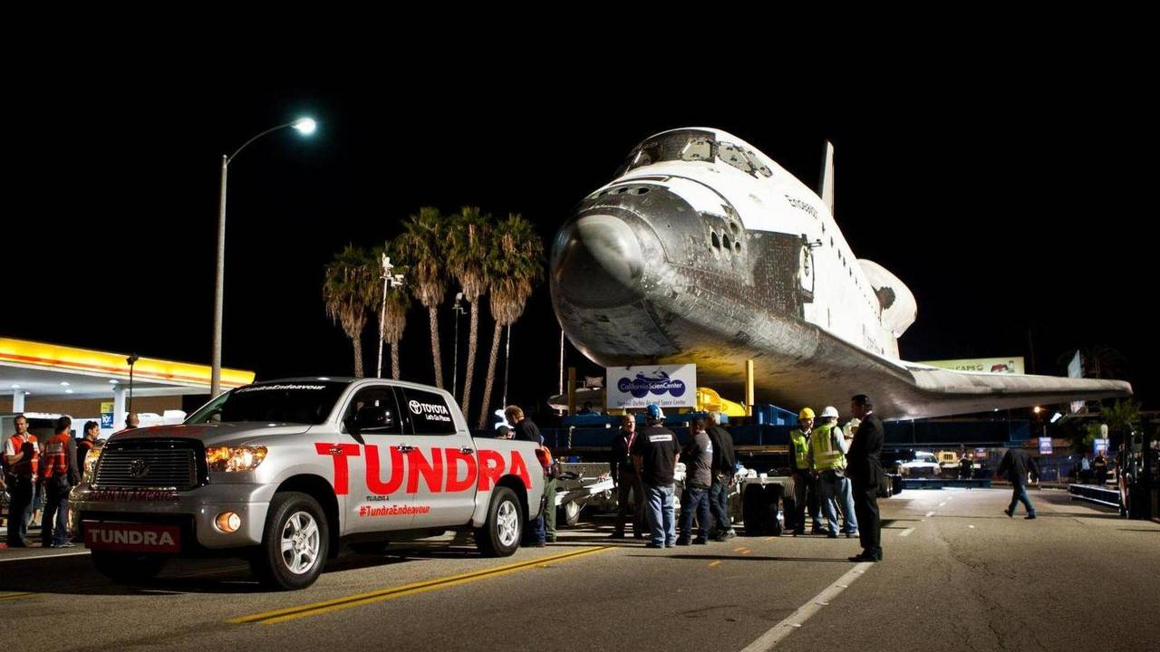 Un Toyota Tundra remolca una nave espacial