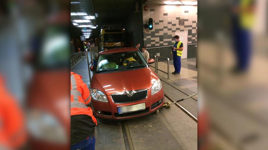 A 2-es villamos alagútjában parkolt le egy Skoda hétvégén