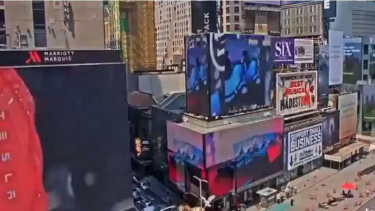 La foto del maxiscermo su cui è proiettato lo spot Tesla a Time Square