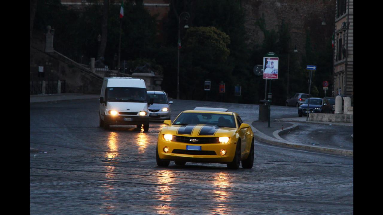 Chevrolet Camaro all'alba sulle strade di Roma