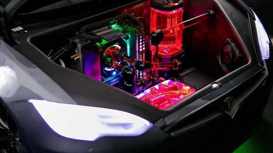 Tesla Model S'in oyuncağı üzerine yapılmış oyun bilgisayarını görün