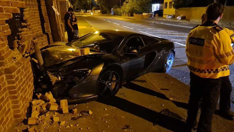 Rendőri brutalitás: Összetörtek egy McLarent, a kapitányság Twittere jól szórakozott