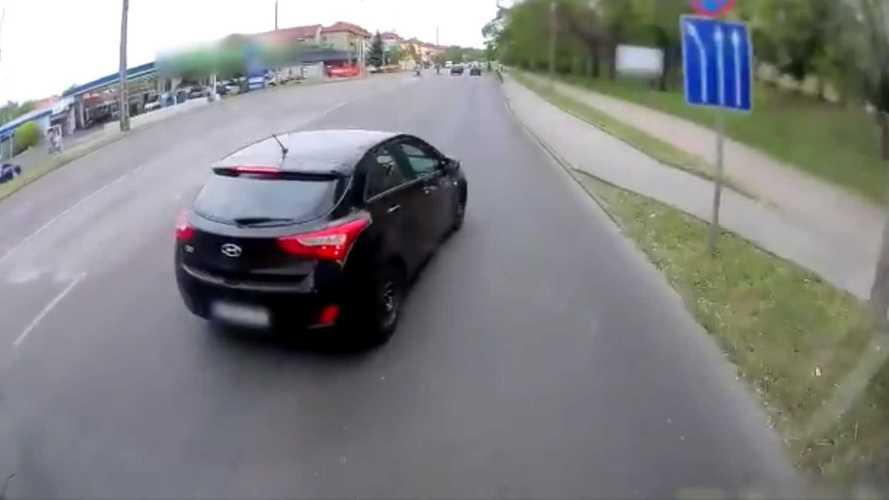 Büntetőfékezett, majd az egészet egy kutyára kente egy Hyundai-sofőr